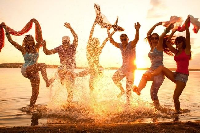 123RF/21131228-large-group-of-young-people-enjoying-a-beach-party-Stock-Vector
